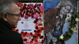 Un homme se recueille devant un mémorial à Mireille Knoll.