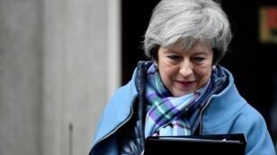 رئيسة الوزراء البريطانية تيريزا ماي أمام مقر الحكومة البريطانية 29 يناير/ كانون الثاني 2019