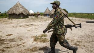 Un soldat des forces gouvernementales près de Malakal, dans un village déserté après des combats.