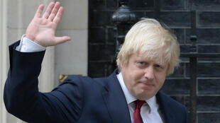 Foto de archivo tomada el 13 de julio de 2016, el Secretario de Relaciones Exteriores Boris Johnson saluda con la mano al salir de Downing Street en el centro de Londres después de que la Primer Ministra británica, Theresa May, asumió el cargo.