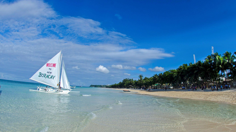 Vista de una playa de la isla Borácay, la isla filipina cerrada al turismo durante seis meses, vuelve a recibir visitantes extranjeros con nuevas normas ambientales. 26 de octubre de 2018.