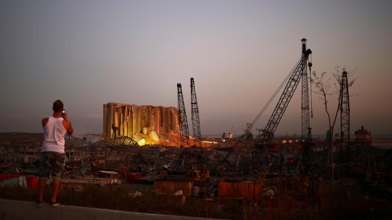 Un hombre toma una fotografía a las ruinas del puerto de Beirut, Líbano, el 7 de agosto de 2020.