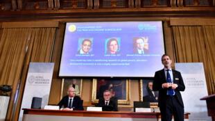 Goran K Hansson (C), Secretario General de la Real Academia de Ciencias de Suecia, y los miembros de la academia Peter Fredriksson (L) y Jakob Svensson, anuncian a los ganadores del Premio Nobel de Economía 2019 durante una conferencia de prensa en la Real Academia de Ciencias de Suecia. en Estocolmo, Suecia, el 14 de octubre de 2019.