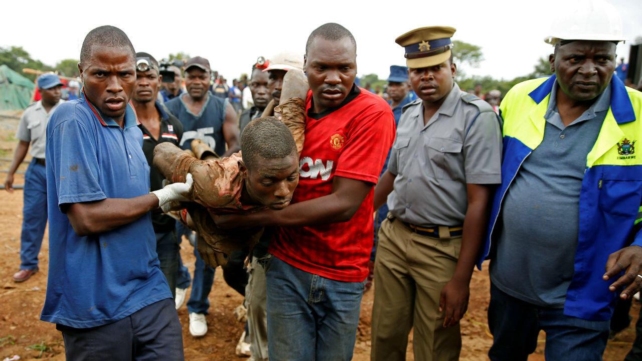 Des secours en action sur le site de la mine d'or de Kadoma au Zimbabwe, le 16 février 2019.