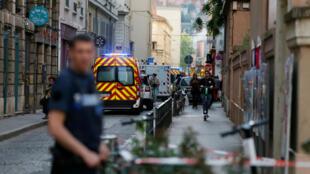Vehículos de bomberos y ambulancias se ven cerca del sitio de un presunto ataque con bomba en el centro de Lyon, Francia, el 24 de mayo de 2019.