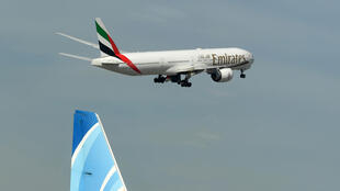 Un avion d'Emirates décolle de l'aéroport international de Dubaï le 6 avril 2020 après la reprise d'un nombre limité de vols de passagers commerciaux