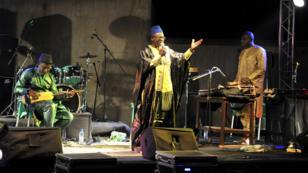 Kassé Mady Diabaté sur la scène d'un festival à Bamako, le 30 avril 2016.