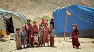 أطفال يمنيون في إحدى مخيمات النازحين في مديرية نهم غرب مدينة مأرب (وسط)