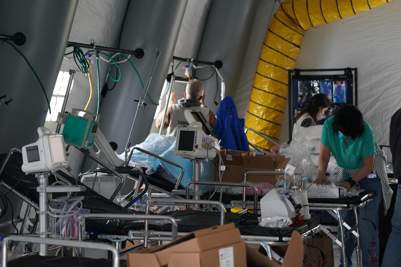تجهيزات طبية قيد التركيب في مستشفى مؤقت داخل خيمة في سنترال بارك بنيويورك، 30/03/2020