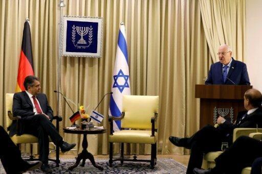 رئيس إسرائيل رؤوفين ريفلين (يمين) يتحدث خلال لقاء مع وزير خارجية ألمانيا سيغمار غابريال (يسار) في المجمع الرئاسي في القدس، في 25 نيسان/أبريل 2017