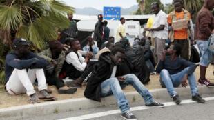 Des réfugiés à Vintimille, en Italie, en juin 2017.