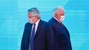 El presidente argentino Alberto Fernández, a la izquierda, pasa junto al ministro de Salud, Ginés González García, cuando llegan a la ceremonia oficial para promulgar la legislación sobre el derecho al aborto recientemente aprobada en Buenos Aires, Argentina, el jueves 14 de enero de 2021.