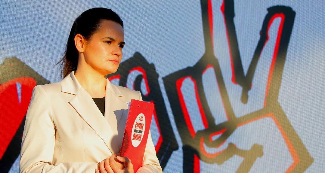 La candidata presidencial Svetlana Tijanovskaya asiste a un mitin de la campaña electoral en Borisov, Bielorrusia, el 23 de julio de 2020.