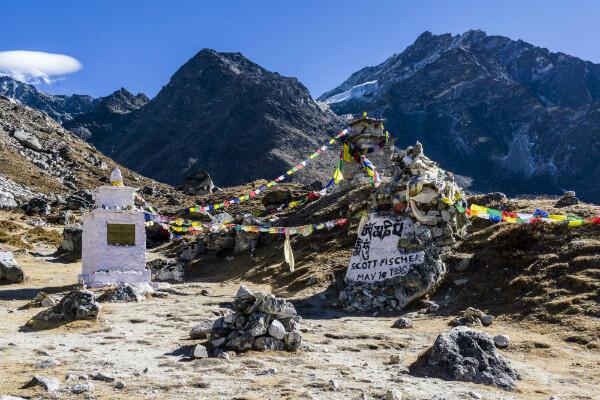 Un mémorial en hommage des victimes du mont Everest, à Thokla La. On y aperçoit le nom de Scott Fischer sur un rocher.