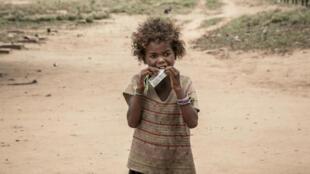 Una niña come un suplemento alimenticio distribuido por Acción contra el Hambre, en Ifotaka (Madagascar), en diciembre de 2018.