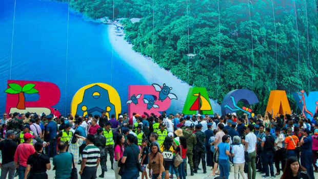 Turistas llegan a la isla Borácay (Filipinas) el 26 de octubre de 2018, día en que reabrió al turismo.