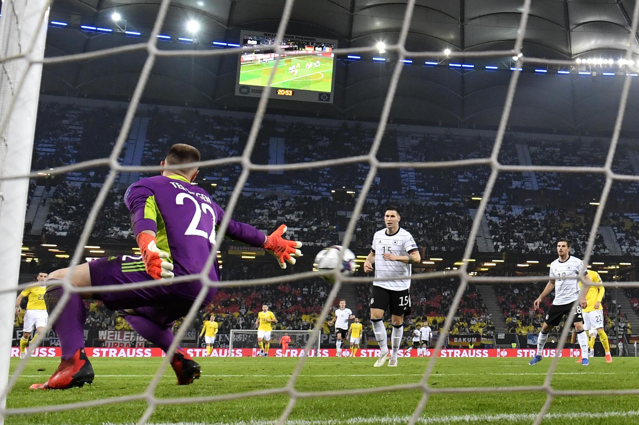 Deutschlands Torhüter Marc-Andre der Stegen kassiert Rumäniens erstes Gegentor bei der Qualifikation für die WM 2022 in Hamburg am 8. Oktober 2021 (Zone Europe).
