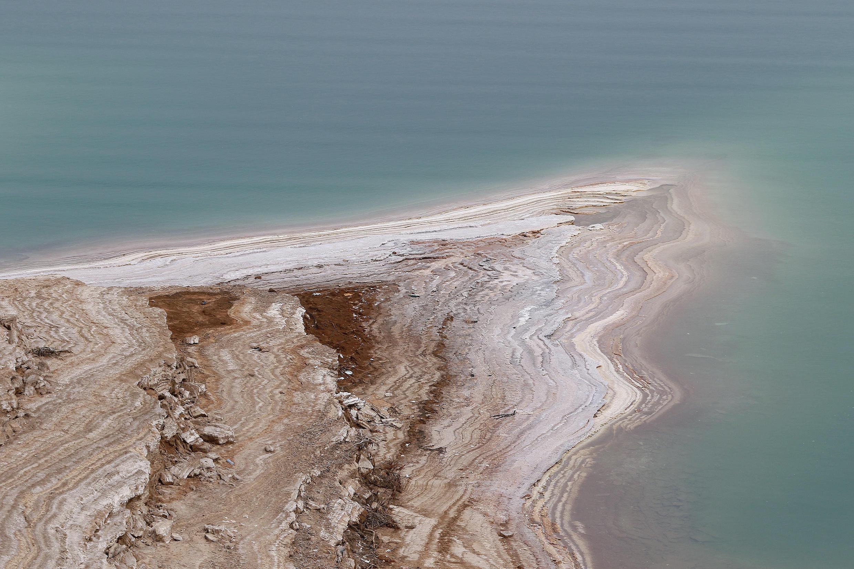 لقطة جوية للبحر الميت في الأردن حيث انخفض مستوى المياه بسبب الجفاف في 20 نيسان/أبريل 2021
