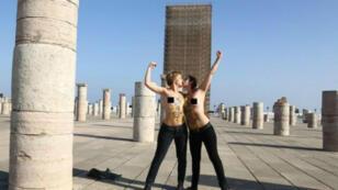 """-ناشطتان من منظمة """"فيمن"""" قرب صومعة مسجد """"حسان"""" التاريخية في الرباط"""