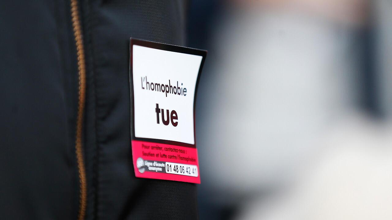 """Un manifestant portant un autocollant avec la mention """"L'homophobie tue"""", lors d'un rassemblement de protestation contre l'homophobie le 3 novembre 2018 dans la ville de Rouen."""