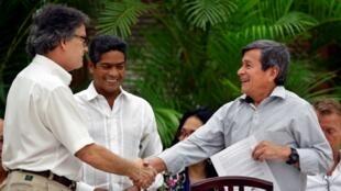 Gustavo Bell, entonces jefe negociador del Gobierno de Colombia, junto a Pablo Beltrán, líder del ELN en los diálogos de paz, durante el cierre del sexto ciclo de conversaciones el 1 de agosto de 2018 en La Habana, Cuba.