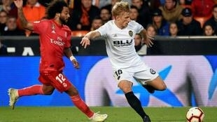 Le défenseur brésilien du Real Madrid Marcelo (g) face au milieu danois de Valence Daniel Wass le 3 avril 2019 à Valence