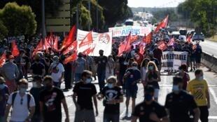 Manifestantes y miembros de sindicatos marchan en Getafe, cerca de Madrid, el 23 de julio de 2020 durante una huelga de empleados de la gigante aeroespacial paneuropeos Airbus contra los recortes de empleos debido a la crisis derivada de la pandemia de coronavirus.
