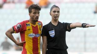 Dorsaf Ganouati est la première femme à arbitrer un match de Ligue 1 tunisienne, le 15 juin 2019.