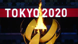 La vasque olympique brûle au Stade Olympique, à la fin de la cérémonie d'ouverture des Jeux de Tokyo, le 23 juillet 2021