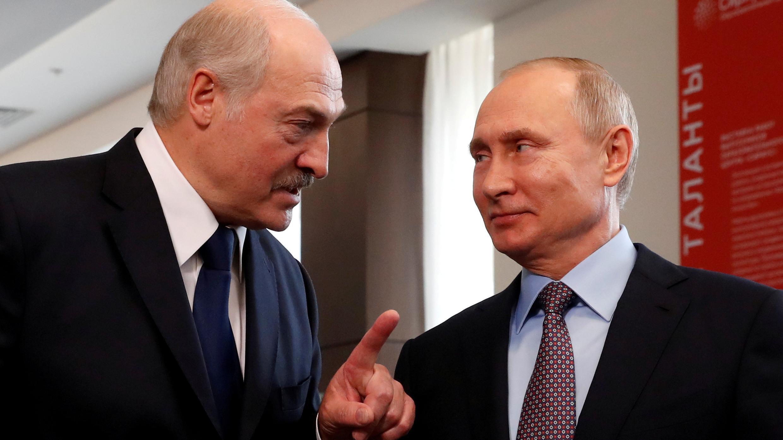 El presidente de Bielorrusia, Alexander Lukashenko, y el presidente de Rusia, Vladimir Putin, se reúnen en el Centro Educativo Sirius en el balneario del mar Negro de Sochi, Rusia, el 15 de febrero de 2019.