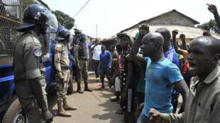 Manifestants et policiers se font face, jeudi 23 avril, à Conakry.