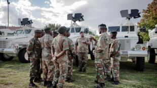 Le président sud-africain Cyril Ramaphosa a appelé, lundi 23 mars, l'armée à partir en guerre contre l'ennemi invisible.