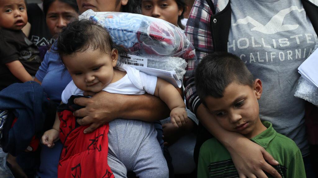 Los hijos de familias inmigrantes indocumentadas reaccionan cuando son liberados de la detención en una estación de autobuses en McAllen, Texas, Estados Unidos, el 22 de junio de 2018.