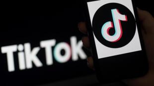 Esta imagen de archivo, tomada en abril de 2020, muestra el logo de TikTok en la pantalla de un teléfono inteligente, en Arlington, Virginia