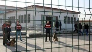 انتشار أمني أمام سجن سينجان في أنقرة في 28 شباط/فبراير 2017