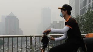 La Chine veut que les nuages de pollution dans ciel de Pékin aient disparu pour la grande parade militaire du 3 septembre 2015.