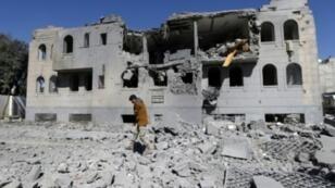 يمنيون يتفقدون موقع الغارات على معسكر معتقلين تابع للحوثيين في العاصمة صنعاء