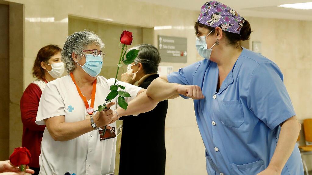 Trabajadoras del Hospital de Bellvitge reciben las rosas que les han regalado en una iniciativa del Gremio de Floristerias de Barcelona para homenajear al personal sanitario, este 23 de abril de 2020.