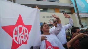 Simpatizantes del Partido Aprista Peruano, el mismo de Alan García, reaccionan a las afueras del Hospital Casimiro Ulloa tras conocerse la muerte del expresidente García el 17 de abril de 2019.