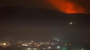 EL humo se eleva detrás de una montaña en los alrededores de Damasco, Siria, el 25 de diciembre de 2018.
