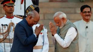 El presidente de la India, Ram Nath Kovind, saluda al primer ministro de la India, Narendra Modi, después de su juramento durante una ceremonia en el palacio presidencial en Nueva Delhi, India, el 30 de mayo de 2019.