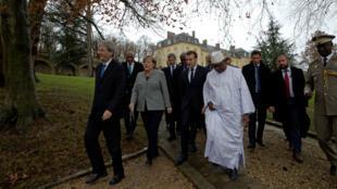 El primer ministro italiano Paolo Gentiloni, la canciller alemana Angela Merkel, el presidente francés Emmanuel Macron y el presidente de Mali Ibrahim Boubakar Keita al margen de la cumbre del G5 Sahel en Francia, el 13 de diciembre del 2017.