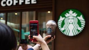 Quelque 8 000 établissements de la chaîne Starbucks vont rester portes closes mardi 29 mai aux États-Unis.