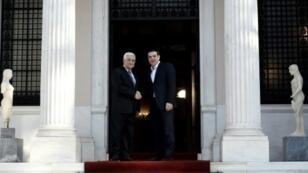 ألكسيس تسيبراس مستقبلا الرئيس الفلسطيني محمود عباس الاثنين في أثينا 21 ديسمبر 2015