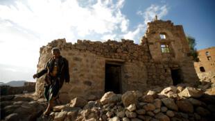 Un hombre camina cerca de su casa, destruida en un ataque aéreo llevado a cabo por la coalición liderada por Arabia Saudita, en la aldea de Faj Attan, Saná, Yemen , el 13 de diciembre de 2018.