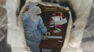Un trabajador sanitario en un centro de salud de Hyderabad, en la India, el 29 de septiembre de 2020