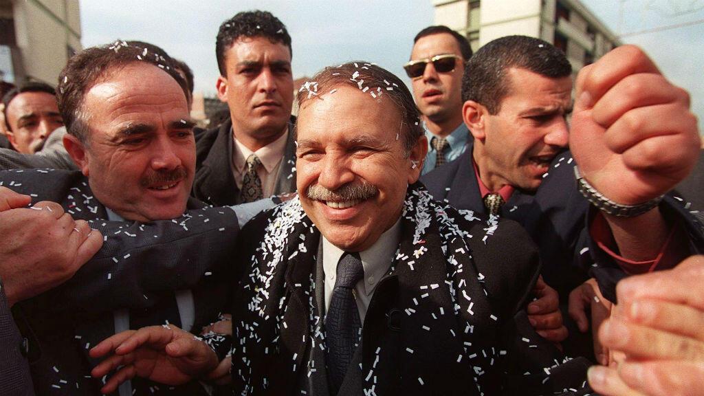 (Imagen de archivo) el excanciller argelino Abdelaziz Bouteflika, rodeado de miembros de su cuerpo de seguridad, el 2 de abril de 1999 en Tizi Ouzou, capital de Cabilia, Argelia, durante su campaña para las presidenciales de ese año.