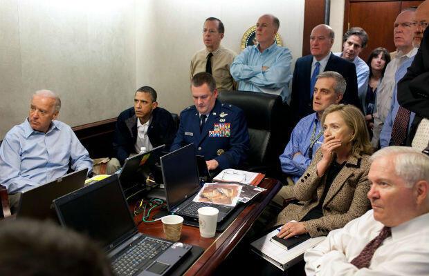 """Barack Obama, Hillary Clinton, Joe Biden avec des membres du staff présidentiel et des gradés de l'armée américaine assistent à la traque de Ben Laden depuis la """"situation room"""" de la Maison Blanche."""
