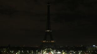 Extinction des lumières de la tour Eiffel, à Paris, lors de la deuxième édition d'Earth Hour, le 28mars2009.
