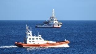 """زورق خفر السواحل الإيطالية قرب سفينة إنقاذ المهاجرين الإسبانية """"أوبن آرمز"""". لامبيدوزا 15 أغسطس/آب 2019."""